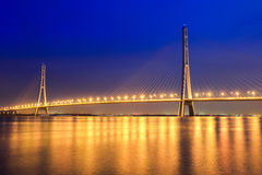 Schöne Schrägseilbrücke nachts in Nanjing Stockfoto