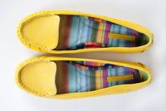 Schöne Schuhe der gelben Frauen Stockfoto