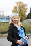 Schöne schwangere blonde Frau Stockbild