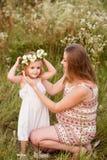 Schöne schwangere blonde lächelnde umarmende Mutter und Tochter, Familienwerte, Liebe Stockfoto