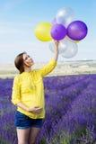 Schöne schwangere Frau auf dem Lavendelgebiet lizenzfreie stockfotos