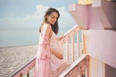 Schöne schwangere Frau auf dem Leibwächterturm Lizenzfreie Stockbilder