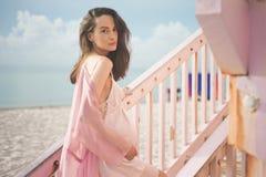 Schöne schwangere Frau auf dem Leibwächterturm Stockfotos