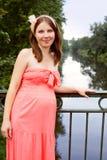 Schöne schwangere Frau auf der Brücke Lizenzfreie Stockbilder