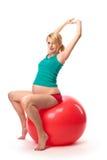 Schöne schwangere Frau, die Gymnastikkugel verwendet Stockfoto