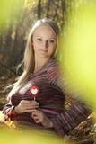 Schöne schwangere Frau, die Süßigkeitlutscher isst. Lizenzfreie Stockbilder