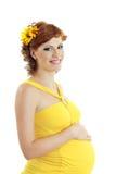 Schöne schwangere Frau im Gelb Lizenzfreies Stockfoto