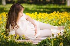 Schöne schwangere Frau im Park lizenzfreie stockfotografie