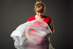 Schöne schwangere Frau im roten Kleid Lizenzfreie Stockfotografie