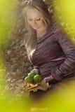 Schöne schwangere Frau mit Apfel, Stockbild