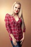 Schöne schwangere Hausfrau in der zufälligen Kleidung Lizenzfreies Stockfoto