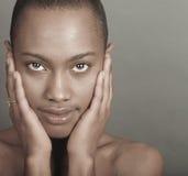 Schöne schwarze Frau lizenzfreie stockfotos