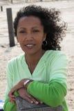 Schöne schwarze Frau auf dem Strand Stockbild