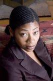 Schöne schwarze Frau auf Sofa Stockfoto