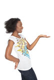 Schöne schwarze Frau, die ein Produkt anzeigt stockfotografie