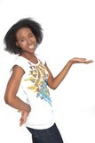 Schöne schwarze Frau, die ein Produkt anzeigt lizenzfreies stockbild