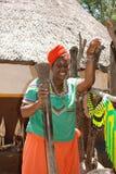 Schöne schwarze Frau im kulturellen Dorf Lesedi, Südafrika lizenzfreie stockfotografie