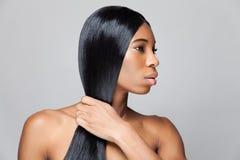 Schöne schwarze Frau mit dem langen geraden Haar Lizenzfreies Stockbild