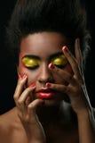 Schöne schwarze Frau mit glattem Make-up stockbild