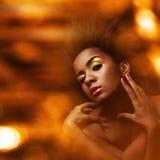 Schöne schwarze Frau mit glattem Make-up lizenzfreie stockfotos