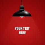Schöne schwarze hängende Lampe auf rotem Hintergrund mit Text Lizenzfreies Stockfoto