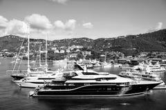 Schöne schwarze Yacht in St Thomas, USA Lizenzfreie Stockbilder