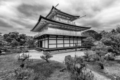 Schöne Schwarzweiss-Ansicht des Kinkaku-jitempels, alias goldenen des Pavillons Kyotos, Japan lizenzfreies stockbild