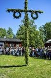 Schöne schwedische Leute und Kinder genießen mittleren Sommertag mit Pfostenstand am sonnigen Tag mit bunten Kleidern lizenzfreie stockfotografie