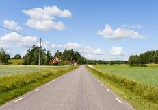 Schöne schwedische Straße an einem Sommertag Lizenzfreie Stockfotografie