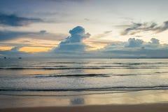Schöne schwere Wolken auf dem Horizont in den Strahlen Lizenzfreies Stockfoto