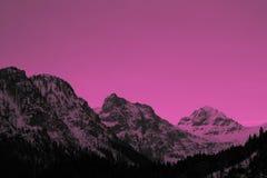 Schöne schwermütige eisige Landschaftseuropäische alpine Berge Stockbild