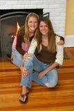 Schöne Schwestern durch Fireplace Lizenzfreies Stockfoto