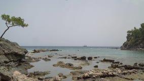 Schöne Seeansicht in Alanya mit einem Piratenschiff im Abstand stock video footage