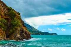 schöne Seeansicht Der Berg steigt in das Meer ein ADRIATISCHES MEER montenegro Lizenzfreie Stockfotografie