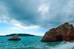 schöne Seeansicht Der Berg steigt in das Meer ein ADRIATISCHES MEER montenegro Lizenzfreie Stockfotos
