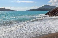 schöne Seeansicht Der Berg steigt in das Meer ein Meer an einem sonnigen Tag ADRIATISCHES MEER montenegro Stockfotografie