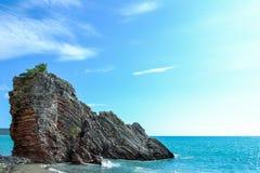 schöne Seeansicht Der Berg steigt in das Meer ein Ruhiger See an einem sonnigen Tag ADRIATISCHES MEER montenegro Stockfoto