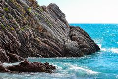 schöne Seeansicht Der Berg steigt in das Meer ein Ruhiger See an einem sonnigen Tag ADRIATISCHES MEER montenegro Lizenzfreie Stockfotos