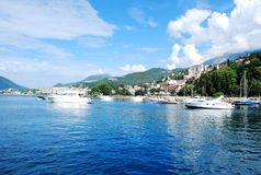 Schöne Seeansicht der Mittelmeerküste zur Stadt in den Bergen Stockfoto