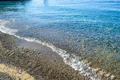 schöne Seeansicht Ein ruhiger See durch das Ufer Säubern Sie Pebble Beach Die Adria montenegro Stockfotos