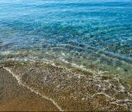 schöne Seeansicht Ein ruhiger See durch das Ufer Säubern Sie Pebble Beach Die Adria montenegro Stockfoto