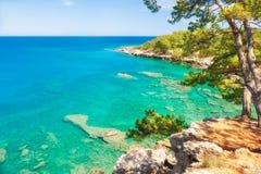 Schöne Seeküste mit Türkiswasser nahe Kemer, die Türkei stockfotos