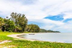 Schöne Seelandschaft mit bewölktem blauem Himmel Stockbild