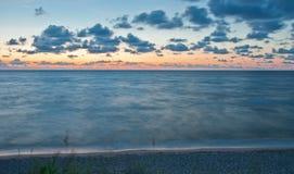 Schöne Seelandschaft nach einem Sonnenuntergang Stockfoto