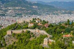 Schöne Seelandschaft von Alanya-Schloss in Antalya-Bezirk, die Türkei Altes Schloss im Hintergrund von Bergen Stockfoto