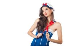 Schöne Seemannfrau, die ihren Schal zieht Stockfotos