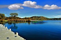 Schöne Seeufer-Ansicht vom Dock lizenzfreies stockfoto