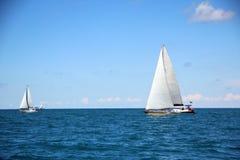 Schöne Segeljacht am sonnigen Tag Stockfoto