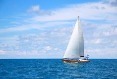 Schöne Segeljacht am sonnigen Tag Stockbilder