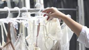Schöne Seide und Spitzewäsche auf Aufhänger im Speicher stock video